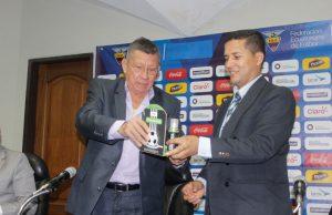 El Ing. Carlos Villacís, Presidente de la FEF, entrega un spray a Luis Muentes, Presidente de la Asociación de Árbitros. Foto tomada de la web de FEF (www.ecuafutbol.org)