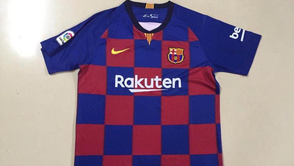 b05d875000cfa En China ya venden la camiseta de cuadros del Barça con el nuevo escudo